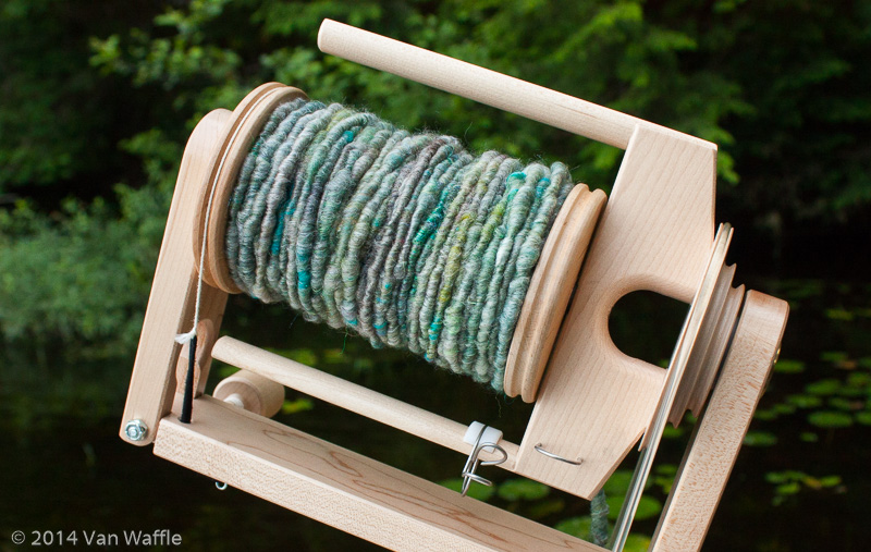 Core-spun yarn inspired by a gray treefrog